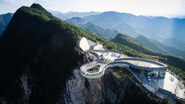 重庆市云阳县龙缸景区玻璃廊桥重达900吨,悬扣在云阳龙缸景区海拔